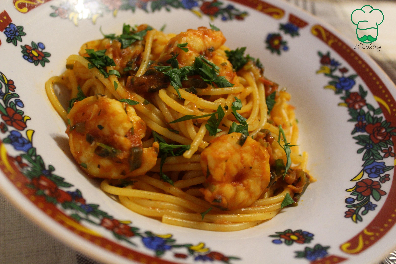 Spaghetti con gamberi e pasta pomodoro (creveti si sos de rosii)